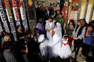 Влюбленные сыграли свадьбу на границе США и Мексики