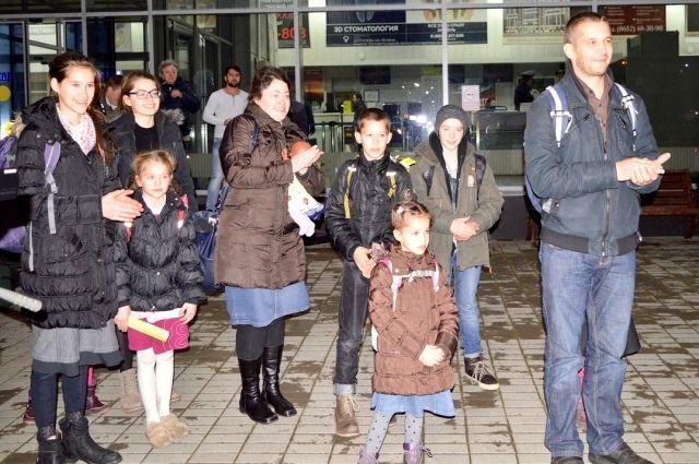 Главу семьи Евгения Мартенса, прилетевшего с женой и десятью детьми, встречали в аэропорту Ставрополя.