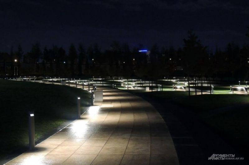 В парке установлены разные виды светильников.
