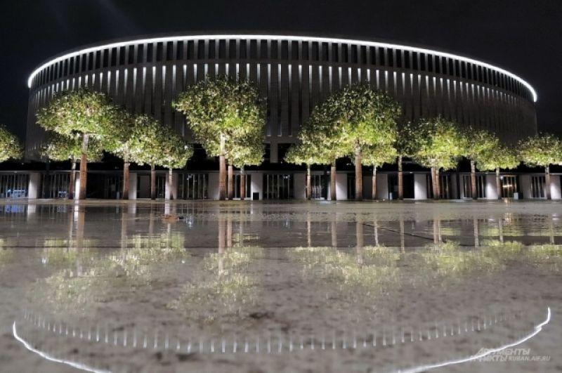 Стадион «Краснодар» и его окрестности выглядят вдвойне красиво в дождливую погоду, когда земная гладь напоминает зеркало.