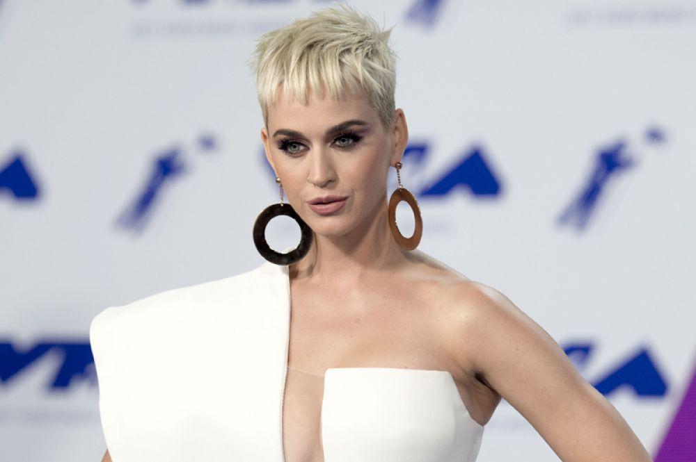 За ней следует певица Кэт Пэри с доходом 33 миллиона долларов.