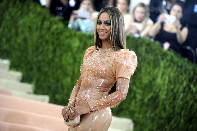 Бейонсе возглавила рейтинг самых высокооплачиваемых певиц года. Сообщается, что доход исполнительницы составил 105 миллионов долларов.