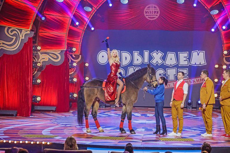 Темой финала стал «Звездный час», а точнее самые известные мировые премии в трех областях: кино, телевидении и музыке.