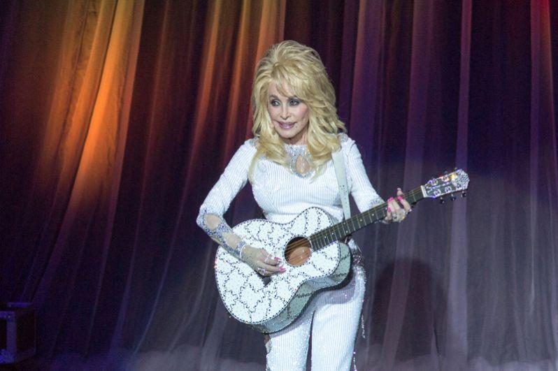 Кантри-певица Долли Партон заняла шестое место, её доход составил 37 миллионов долларов.
