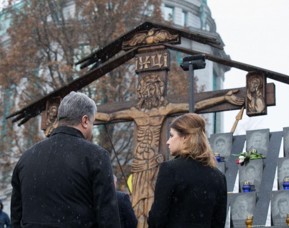 Президентская чета установила лампадки к Кресту на месте гибели Героев Небесной Сотни и почтила их память.