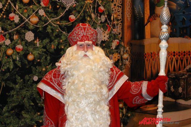 Главный волшебник Нового года будет веселить детишек в сквере у театра оперы и балета им. Чайковского.
