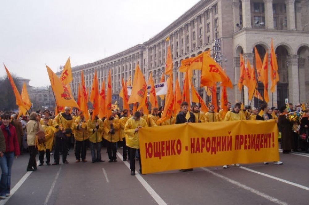 """Тогда люди вышли на Майдан, массово скандируя """"Ющенко!"""" и добились проведения еще одного тура выборов. 22 ноября 2005, ровно через год, Виктор Ющенко учредил празднования Дня Свободы."""