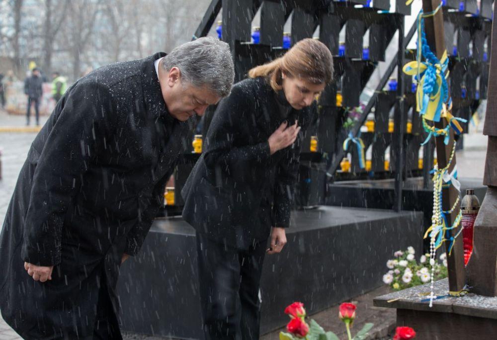 Порошенко вместе с женой Мариной Порошенко приняли участие в церемонии чествования памяти Героев Небесной Сотни в Киеве.