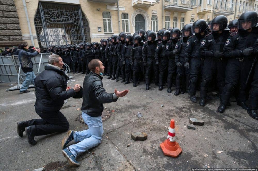 """Так началась история Революции Достоинства, которая включила в себя протесты и массовые флешмобы, дымовые шашки, костры, Самооборону Майдана и Сотни, палаточный городок, ребят из медицинского, которые вошли в историю, как """"Медики Майдана"""" и новогоднюю """"йолку"""", увешанную флагами и символами Майдана."""