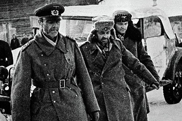 Генерал-фельдмаршал Паулюс (слева) и члены его штаба, сдавшиеся в плен. Сталинград, 1943 г.