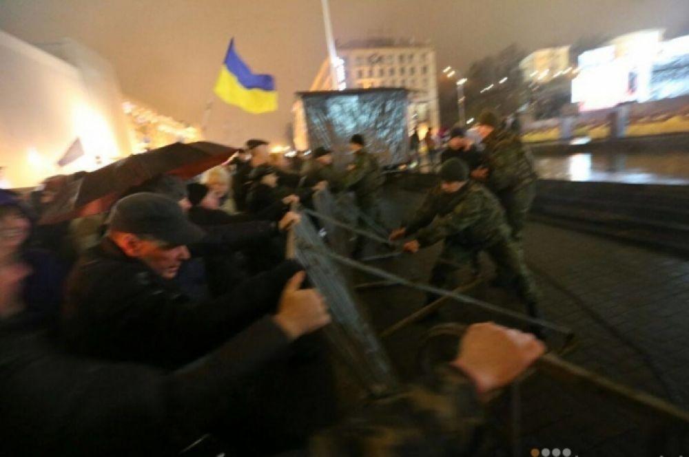 А памятные церемонии и концерт на Майдане в Киеве чуть не сорвали активисты, которые выступали против отмечания Дня Свободы и Достоинства, чья история омрачена смертями, как концерта.
