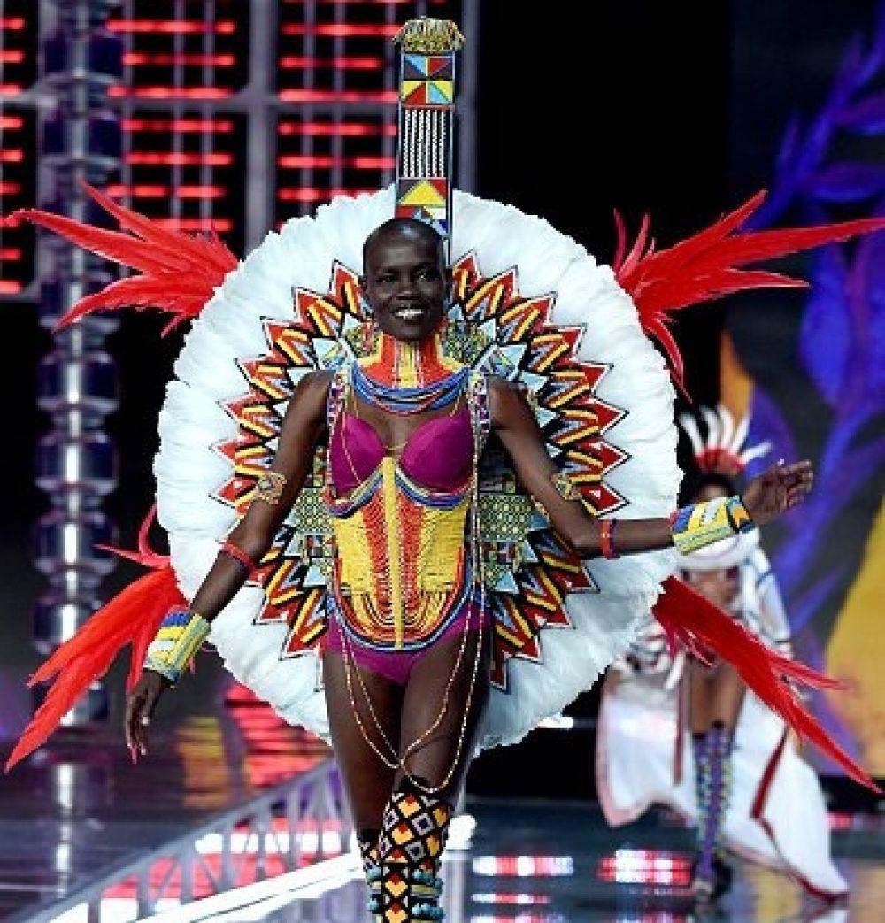 Образ с африканскими мотивами стал, наверное, самым интересным и нестандартным в показе Victoria's Secret. Кроме того, его, без преувеличения, можно посчитать и самым ярким.