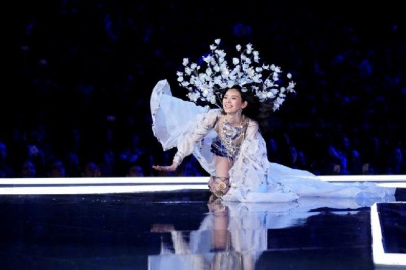 Мин Си вышла на подиум в нежном белом костюме и потеряла равновесие. Правда, почти сразу восстановила походку.