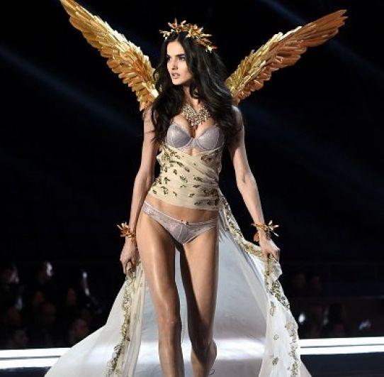 Прозрачные накидки создавали ощущение нежности и женственности, даже если модели достались не нежные крылья из перьев, а твердые золотые.
