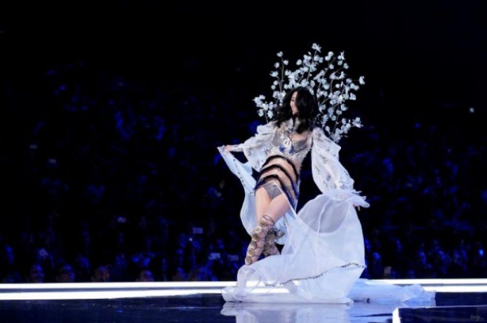 Какое же шоу без падения звезды? Китайская модель Мин Си упала прямо на подиуме.