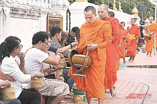 Посланные на перевоспитание в монастырь бюрократы с восходом солнца собирают подаяние у местных жителей.