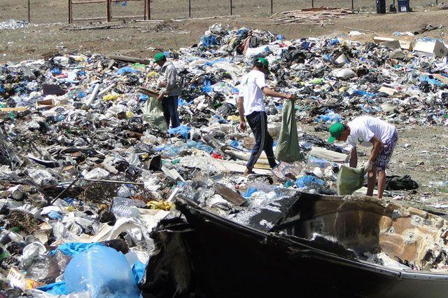Волонтеры убирают мусор за отдыхающими, чтобы вернуть природе первозданный вид.