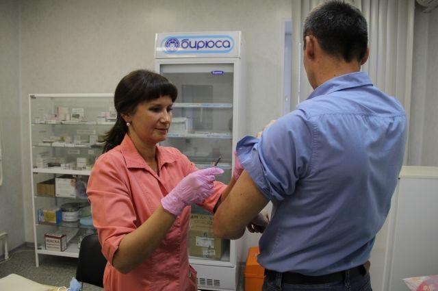 В плановом порядке работники также прививаются от клещевого энцефалита.