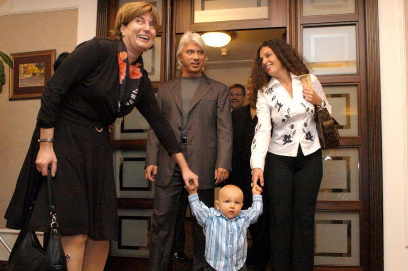 Оперный певец, баритон Дмитрий Хворостовский с супругой Флоренс (справа) и сыном Максимом. 2004 год.