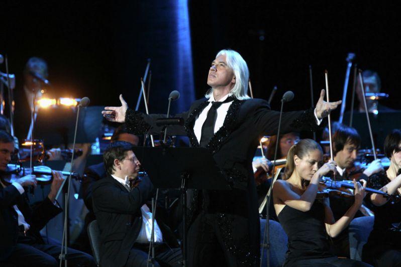 Оперный певец Дмитрий Хворостовский во время выступления на концерте в честь своего 50-летия на сцене Государственного Кремлевского Дворца в Москве. 2013 год.