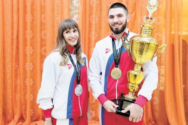Сергей Пономарёв и Юлия Кузнецова завоевали золото и серебро на чемпионате мира в Венгрии.