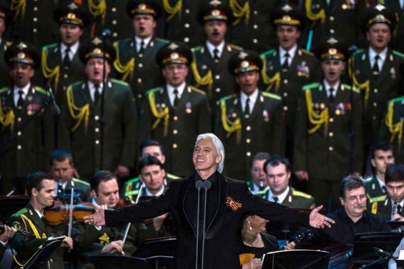 Оперный певец Дмитрий Хворостовский выступает на концерте в Зеленом театре ВДНХ с программой «Песни военных лет». 2016 год.
