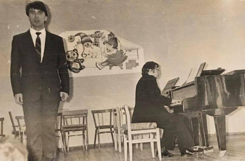 Хворостовский выступает на концерте в институте искусств в Красноярске. 1985 год.