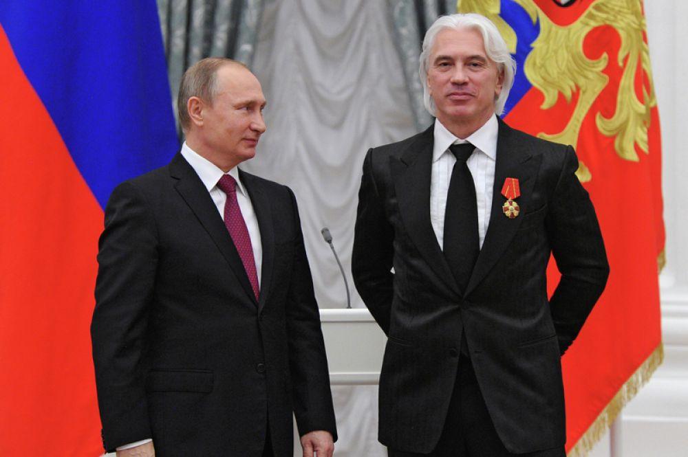 Президент России Владимир Путин и певец Дмитрий Хворостовский во время церемонии вручения государственных наград в Екатерининском зале Кремля. 10 декабря 2015 года.