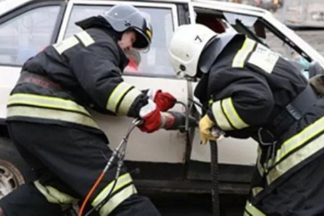 ВСочи cотрудники экстренных служб достали 3-х человек изпокореженного вДТП автомобиля