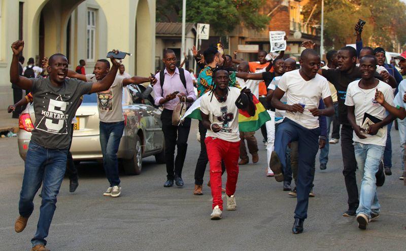 Жители Зимбабве празднуют отставку Мугабе в столице Хараре.