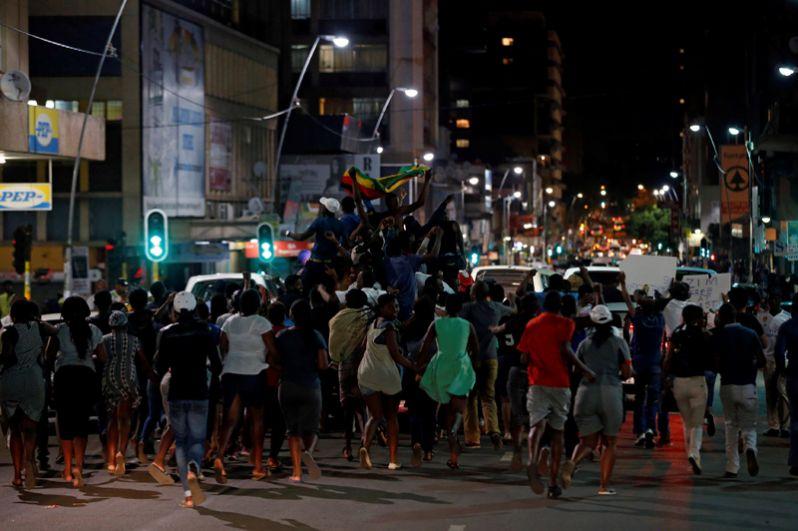 Граждане Зимбабве, живущие в ЮАР, празднуют отставку президента Роберт Мугабе в Йоханнесбурге.