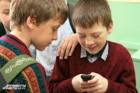 Общение ребенка с телефоном нужно ограничивать.