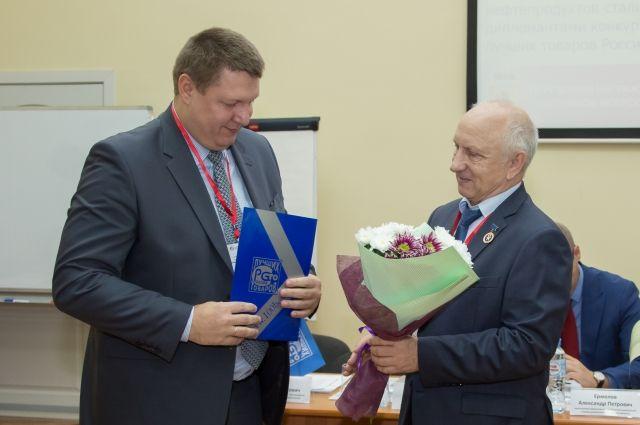 Директор ФБУ «Ярославский ЦСМ» Алексей Чирков (справа) вручает диплом победителя конкурса главному технологу ОАО «Славнефть-ЯНОС» Эдуарду Дутлову.