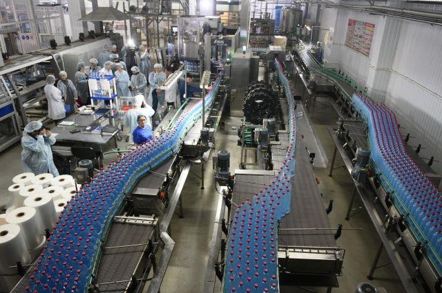 Журналистам и блогерам показали новейшую производственную линию, оснащённую «чистой комнатой» со стерильным воздухом, чтобы обеспечить идеальную чистоту минеральной воды.