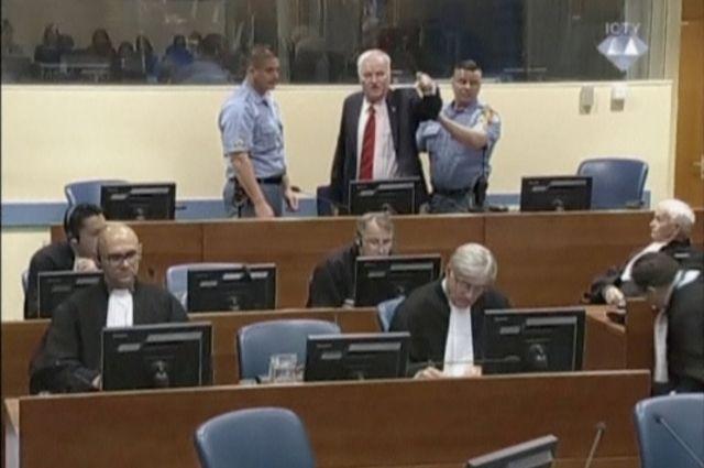 Генерала Младича удалили из зала суда во время оглашения приговора