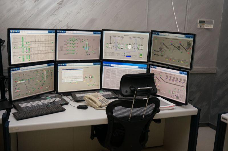 Операторы центра управляют предприятием с помощью современных компьютеров.