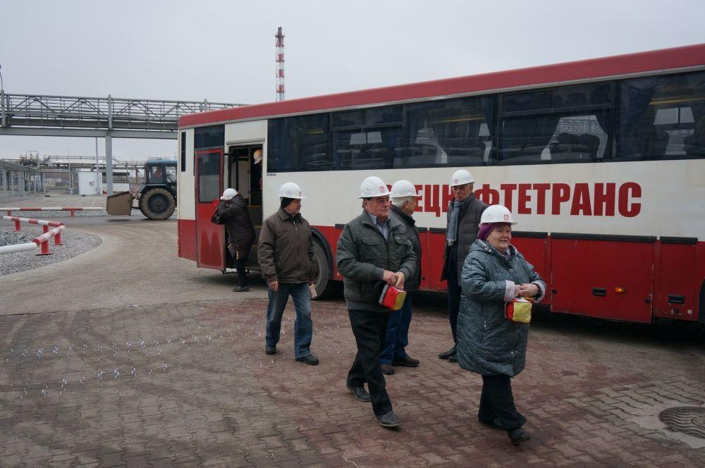 Ветераны на автобусе проехали по территории завода.