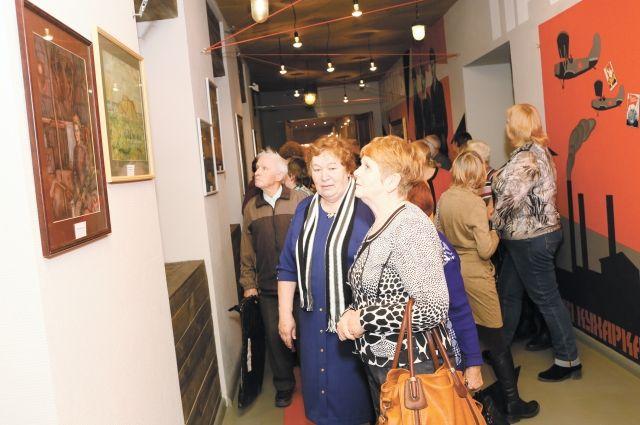 Работы, представленные на выставке, выполнены в жанре индустриального пейзажа.