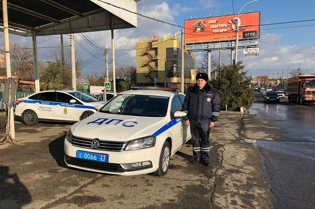 ВКраснодаре инспектор ДПС спас роженицу изпробки