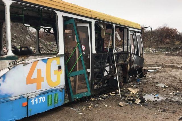 Сила взрыва была настолько сильной, что несколько дверей автобуса буквально отломались, а стекла разлетелись на десятки метров вокруг.