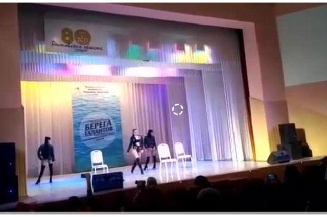Зрители посчитали, что такой танец слишком откровенен.