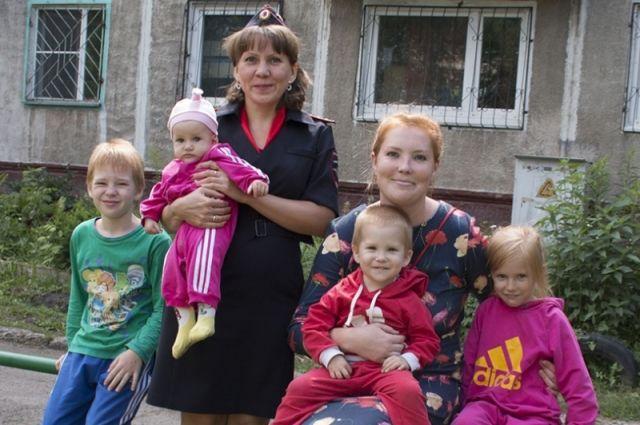 Спасенным ребятишкам повезло, что Евгения Шерина живет неподалеку, а на окнах нет решеток.