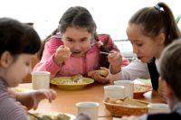 Редко дети в школьных столовых едят с аппетитом.