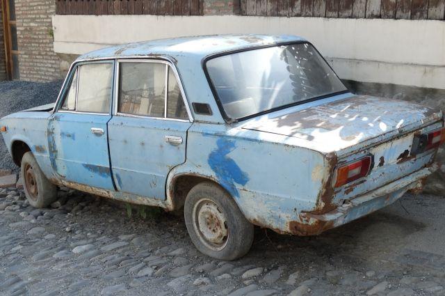 Юного любителя прокатиться с ветерком на чужой собственности интересовали машины отечественного производства.