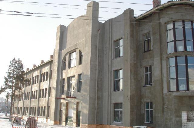 Реконструкцию здания никак не могут завершить.