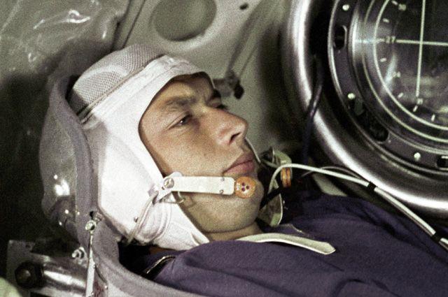 Космонавт Борис Егоров в кабине космического корабля «Восход». Тренировка перед полетом в космическое пространство. 1964 год.