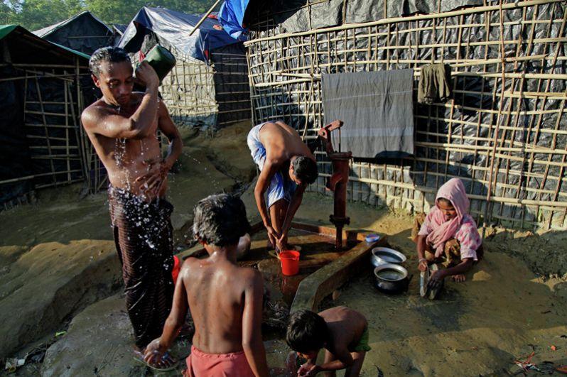 Беженцы рохинджа моются в лагере «Кутупалонг» на границе Мьянмы и Бангладеш.