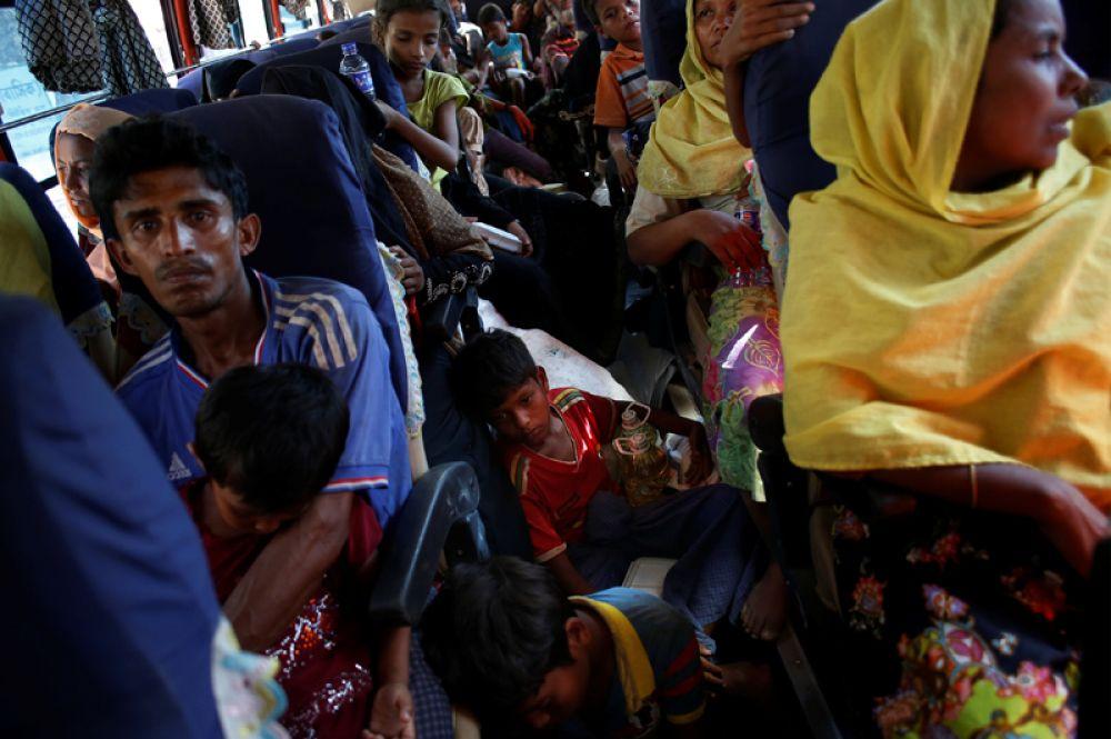 Недавно прибывшие беженцы, которые несколько часов назад пересекли границу между Бангладеш и Мьянмой, отправляются в пункт регистрации в городе Текнаф.