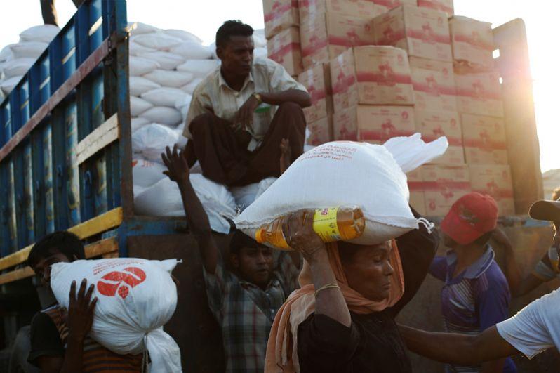 Раздача продовольственных запасов в лагере беженцев «Кутупалонг».
