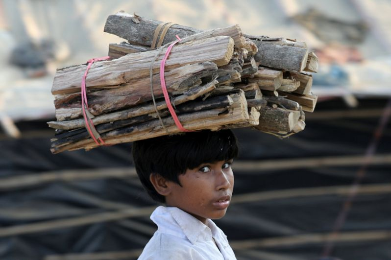 Мальчик несет дрова в лагере беженцев «Кутупалонг».